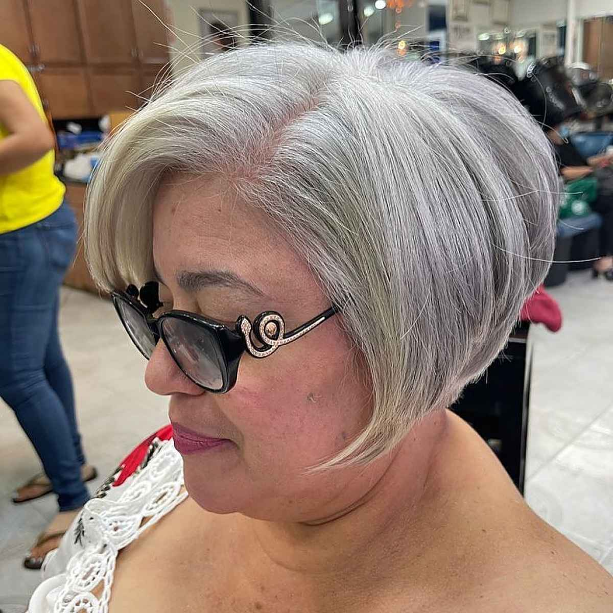 25 Stylish Wedge Haircuts for Women Over 60